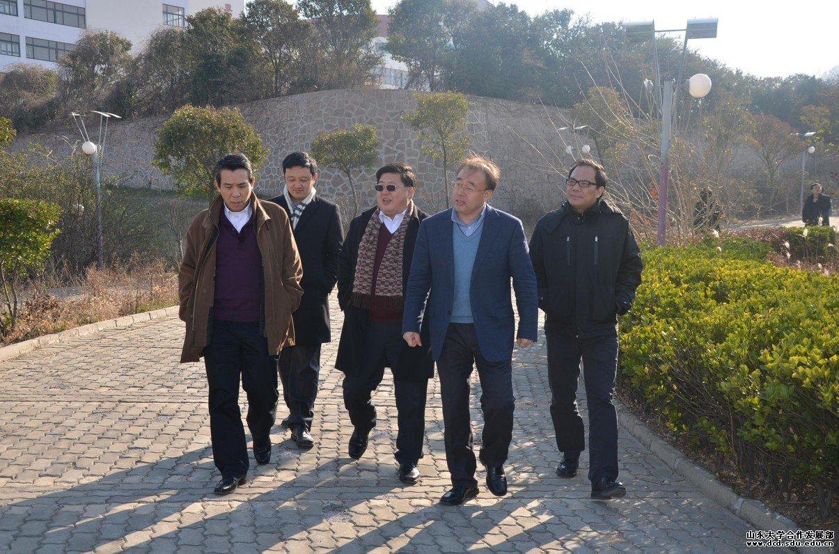波恩大学教授访问青岛校区建设现场